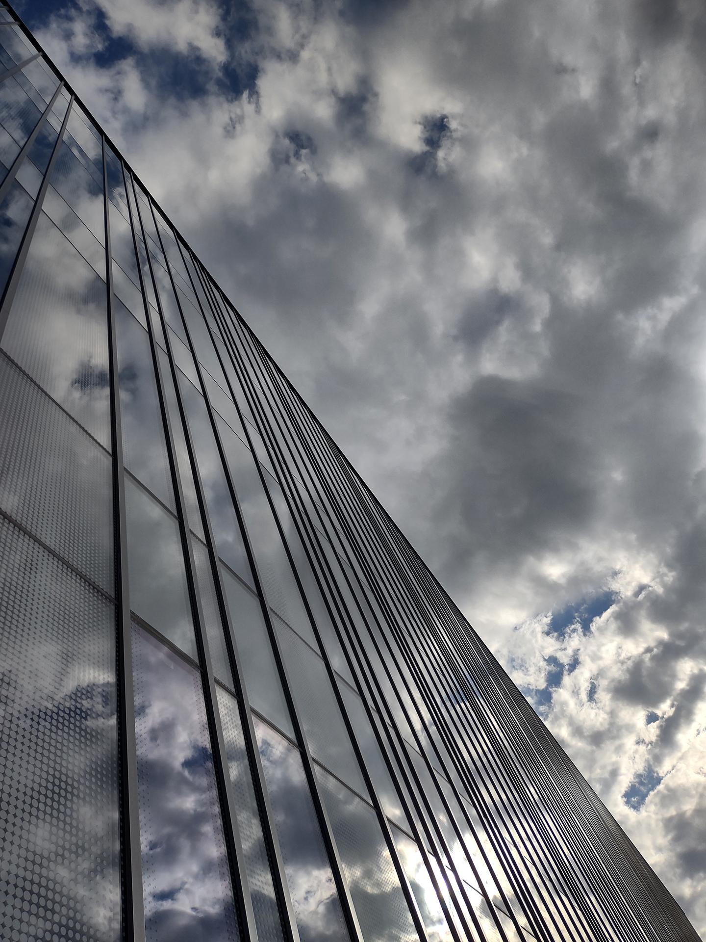 Odbicie chmur wszklanej elewacji