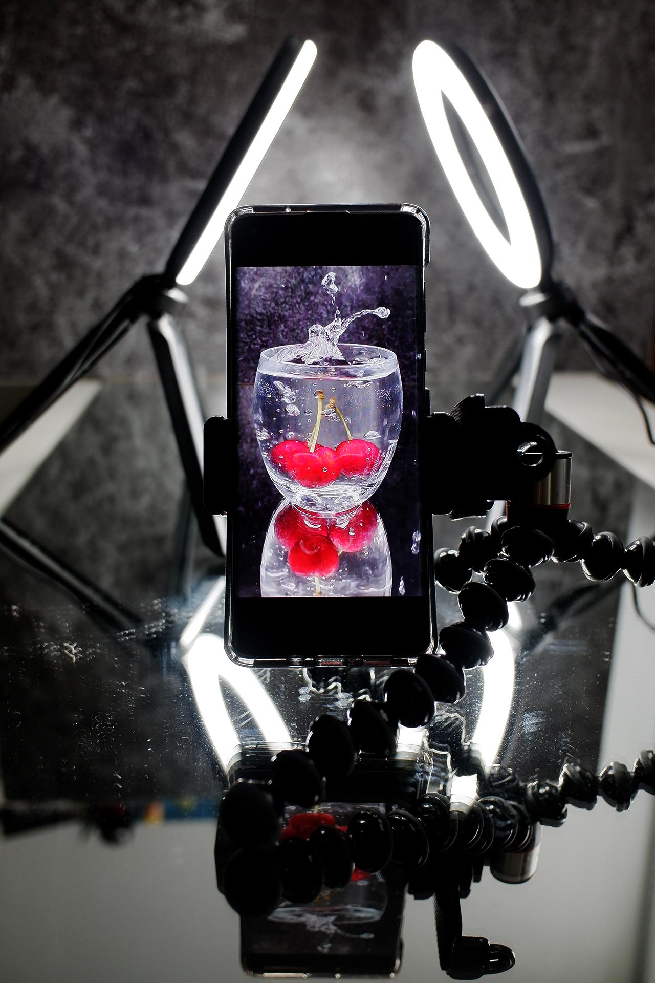 smartfon nastatywie ilampy wtle