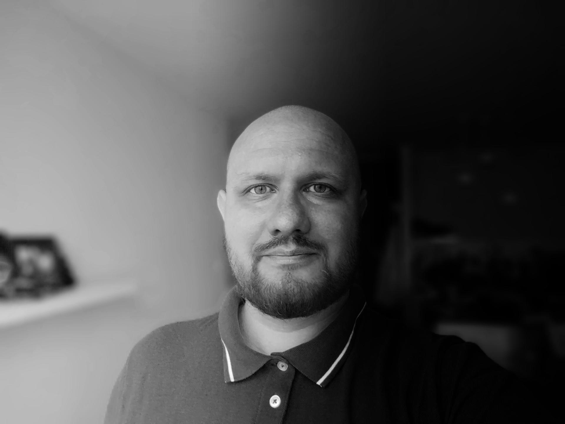 Czarno - biały portret mężczyzny.
