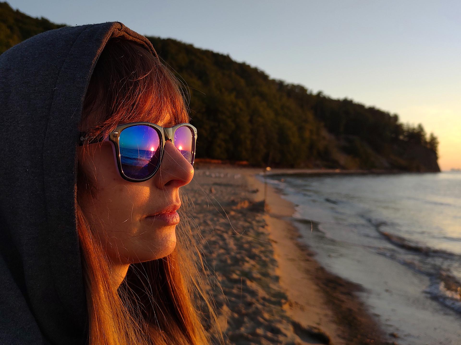 Portret kobiety wczasie złotej godziny nadmorzem.